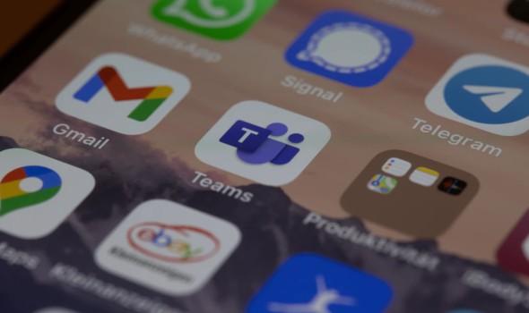 """صوت الإمارات - غانتس يسخر من نتنياهو بسبب جهله استخدام """"آيفون"""""""